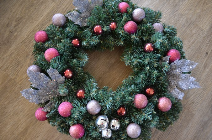 Last year's wreath just wasn't thrilling me anymore. Time to strip it and start again!